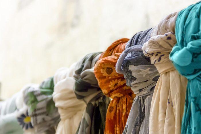 Rangement : accrochez vos foulards à des cintres pour éviter de les froisser.