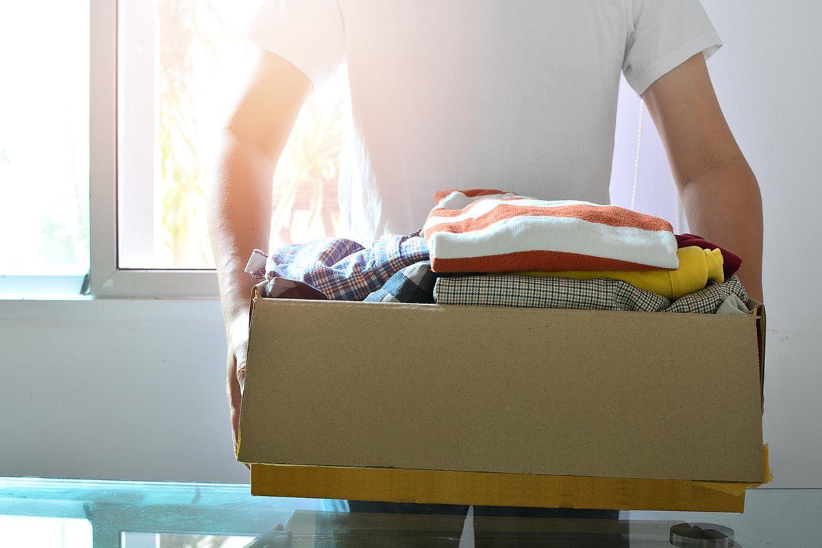 Rangement : attribuez une boîte pour vos vêtements à donner.