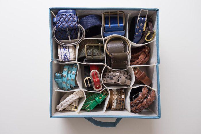 Rangement : gagnez de la place en rangeant vos ceintures dans un compartiment.