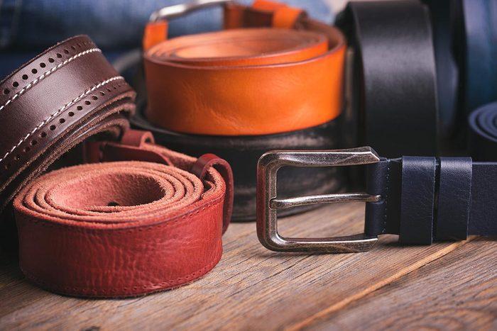 Rangement : investissez dans un cintre à ceintures.