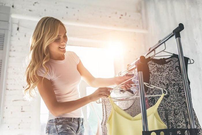 Rangement : étiquetez vos vêtements pour identifiez ceux que vous ne portez plus.