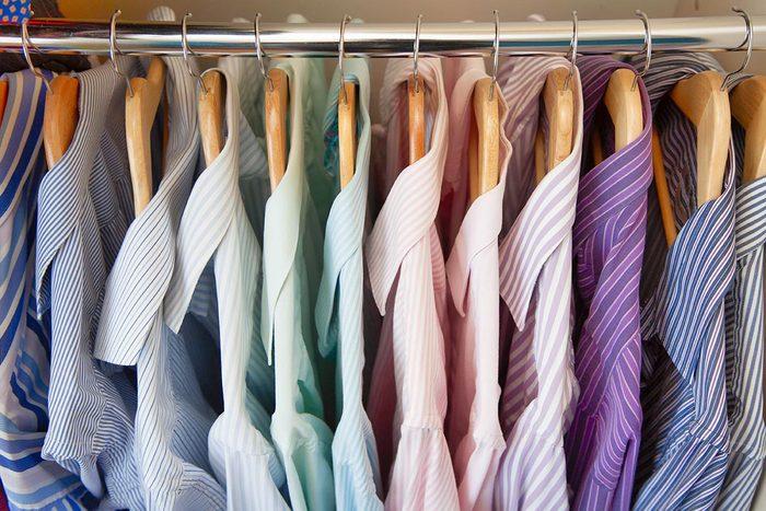 Faites du rangement en regroupant les catégories de vêtements.