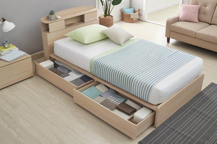 Un rangement sous le lit permet de gagner de l'espace.