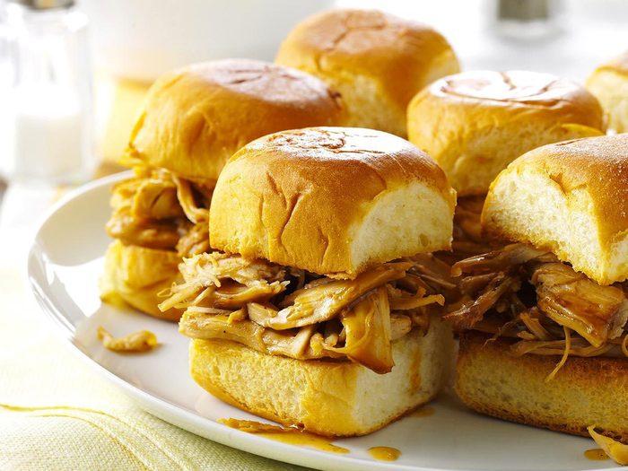 Recette à la mijoteuse de mini-sandwichs à la dinde teriyaki.