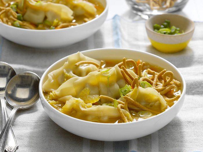 Recette à la mijoteuse de soupe aux raviolis chinois.