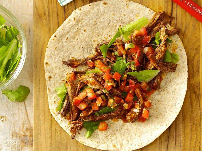Recette à la mijoteuse de tortillas de boeuf effiloché à la mexicaine.