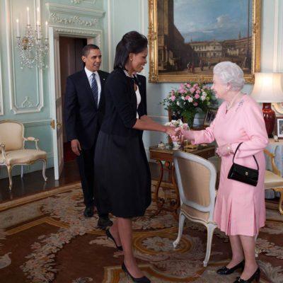 La reine Élisabeth II a fait un câlin à Michelle Obama.