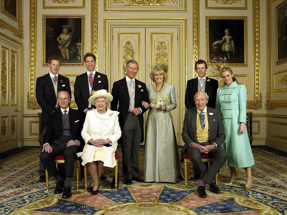 La reine Élisabeth II a permis à son fils d'épouser une divorcée.