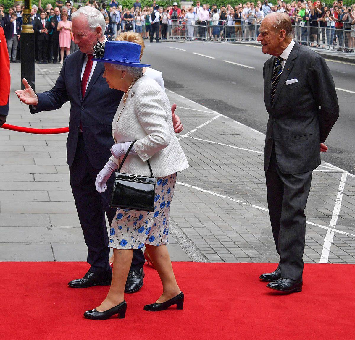 La reine Élisabeth II a permis qu'on la touche.