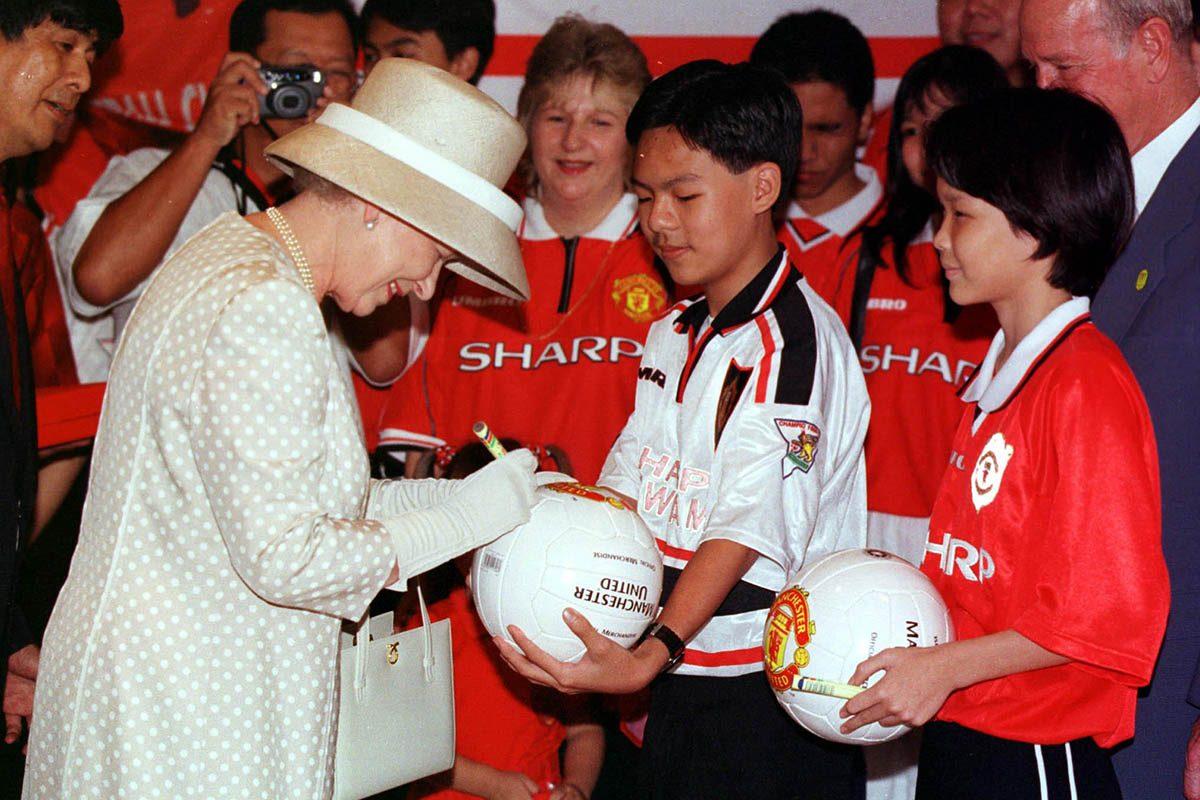 La reine Élisabeth II a signé un autographe.