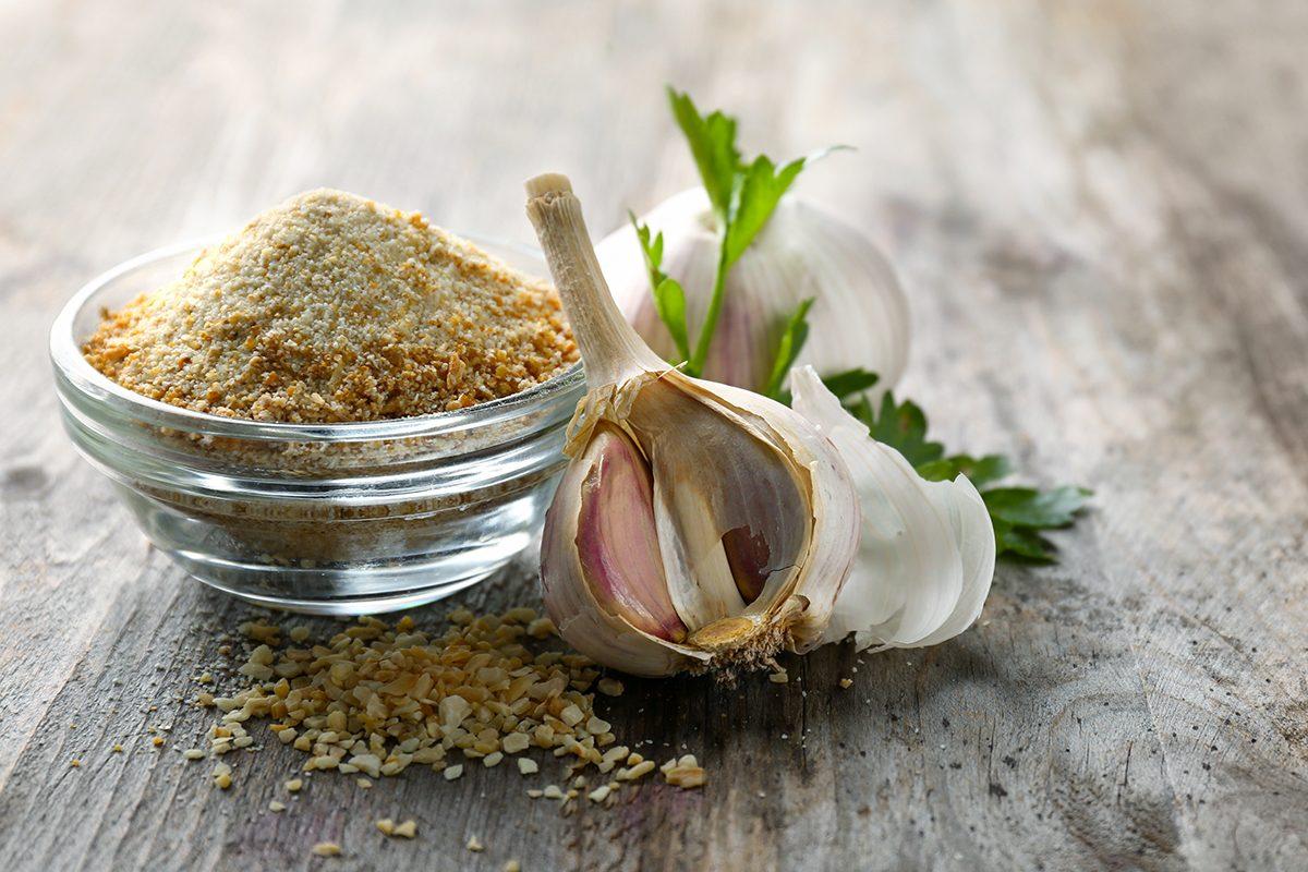 Remèdes maison pour guérir les éraflures : la poudre d'ail.