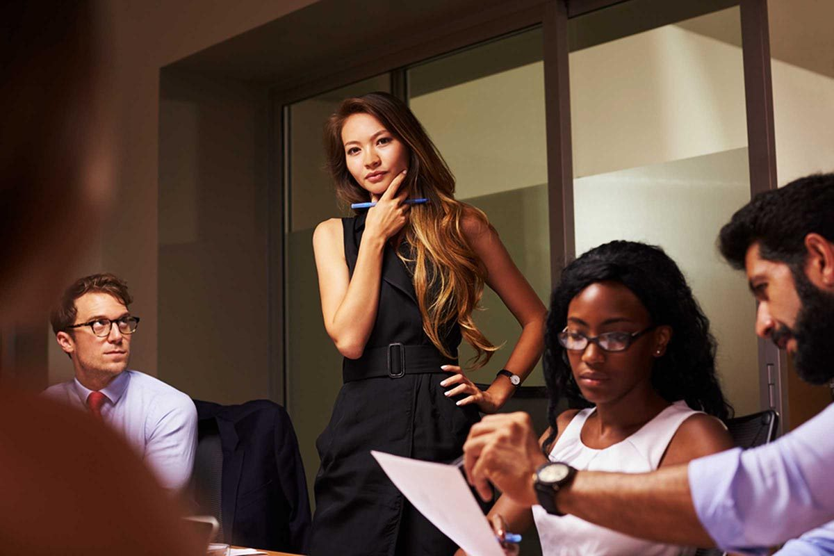 Sortir avec un collègue et avec son patron sont deux situations différentes.