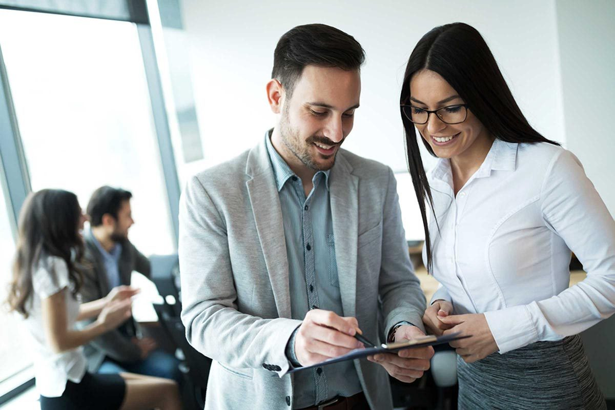 Pour sortir avec un collègue, restez discret au bureau.