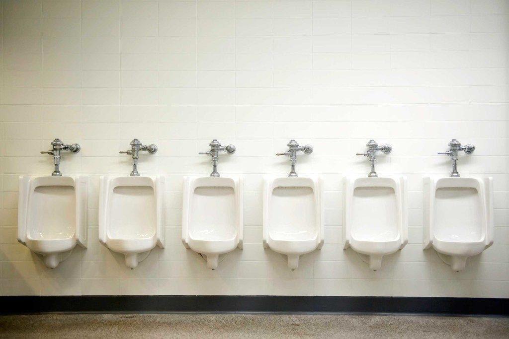 Uriner en public peut être difficile pour certaines personnes.