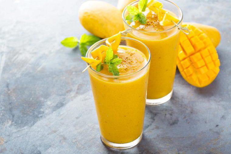 Petit déjeuner végétalien : Yogourt frappé à la mangue.