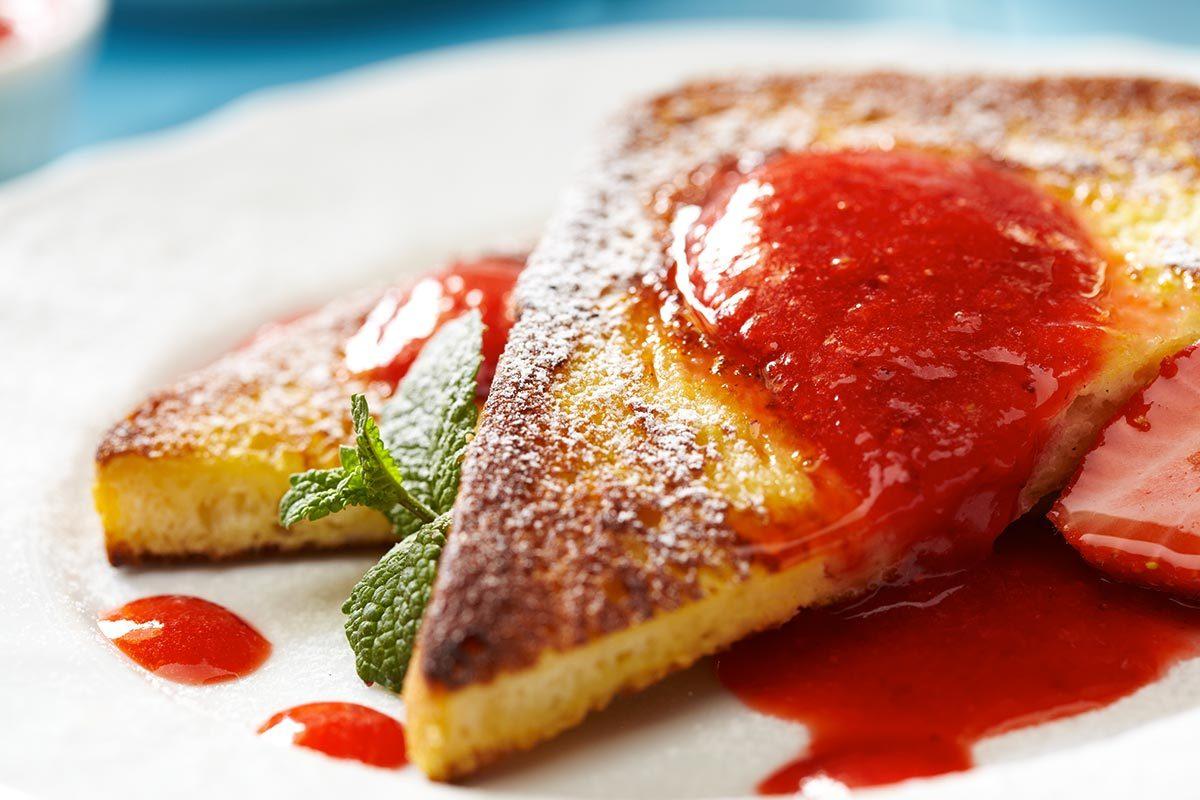 Petit déjeuner végétalien : pain doré au fromage à la crème aux fraises