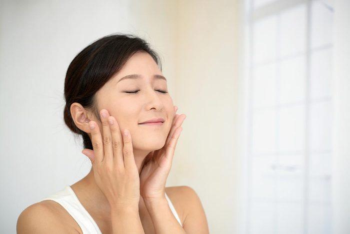 Vertu du miel : il hydrate la peau et les cheveux.