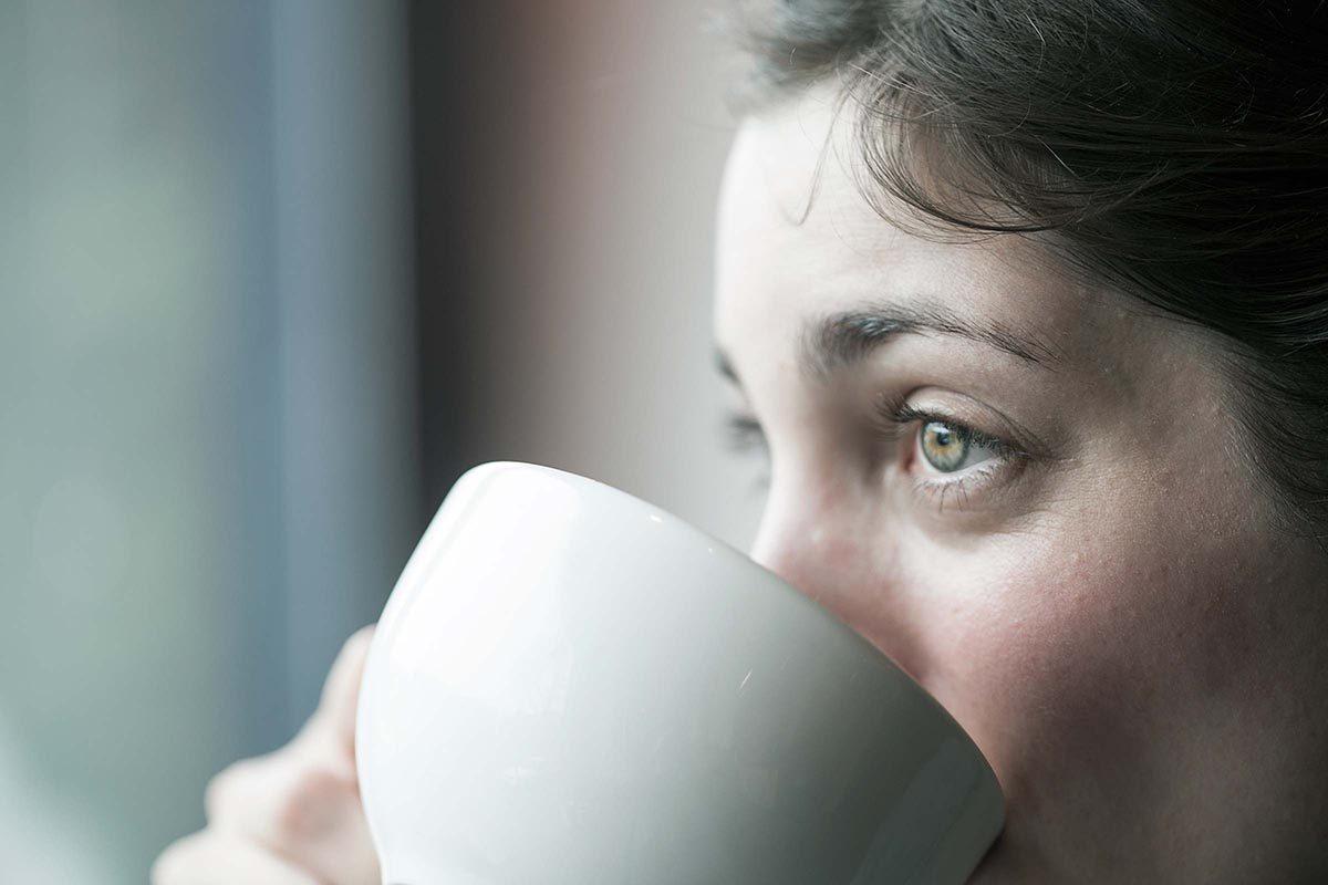 Une carence en vitamine B12 rend la peau pâle ou jaunâtre.