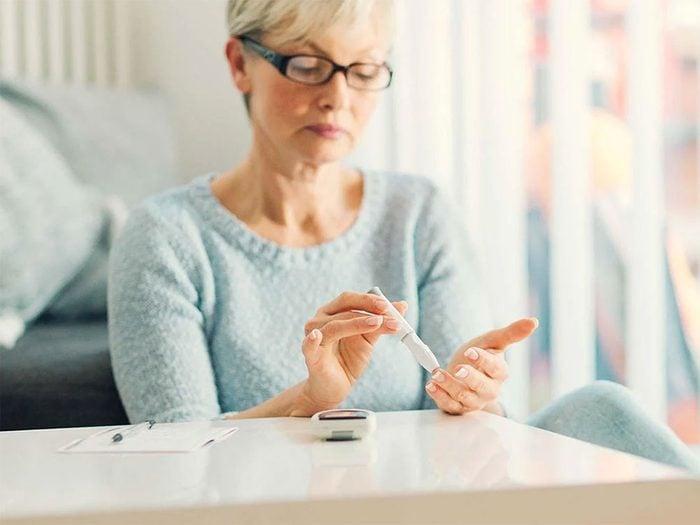 Même si les diabétiques ne présentent pas tous des symptômes de carence en vitamine B12, les chercheurs les surveillent de plus en plus.