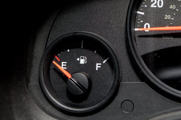 Si la voiture tombe en panne d'essence, attendez l'aide d'un autre conducteur.