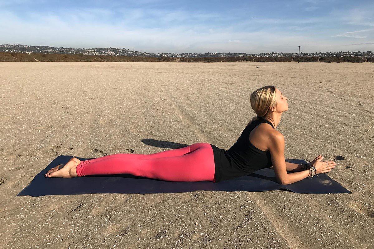 Position de yoga pour la digestion : bébé cobra.