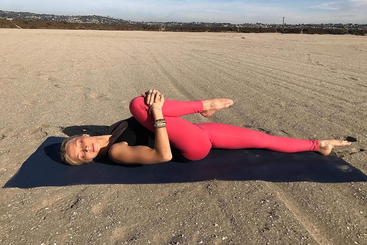 Position de yoga pour la digestion : étirement du genou vers la poitrine.