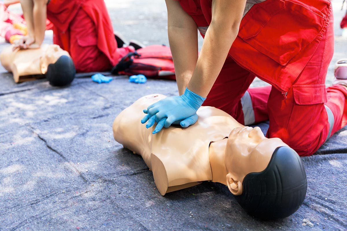 L'ambulancier risque de briser des côtes lors de la réanimation.