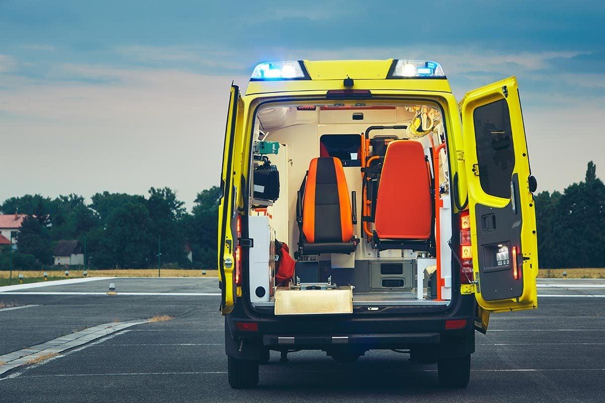 L'ambulancier apporte la salle d'urgence jusqu'au patient.