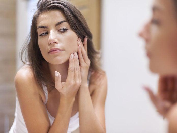 Les bienfaits du vinaigre de cidre: il aide à combattre l'acné.