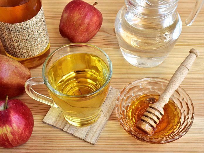 Les bienfaits du vinaigre de cidre: il peut prévenir les indigestions.