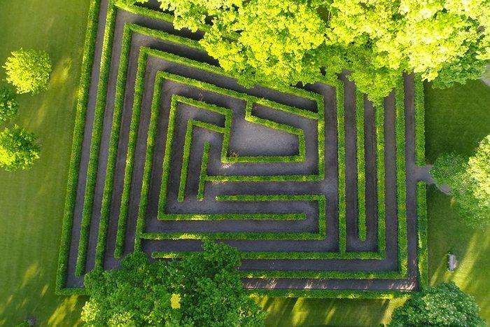 Pour mettre du calme dans votre vie, parcourez un labyrinthe.