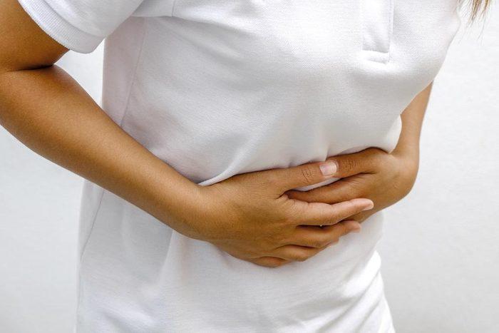 Symptôme de cancer chez la femme : prise de poids et ballonnement.