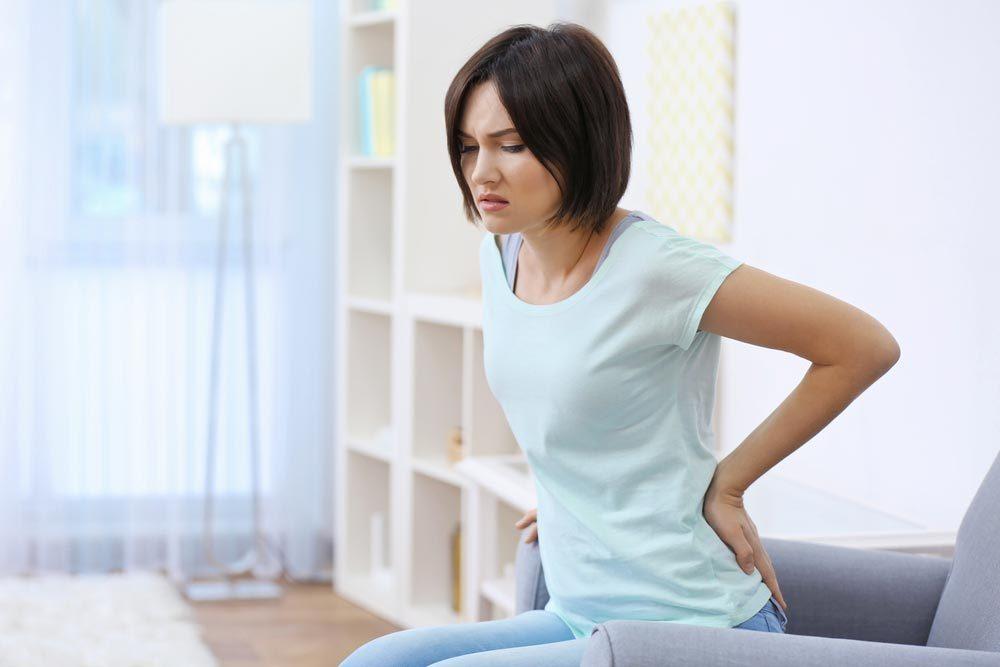 Symptôme de cancer chez la femme : douleur dorsale.