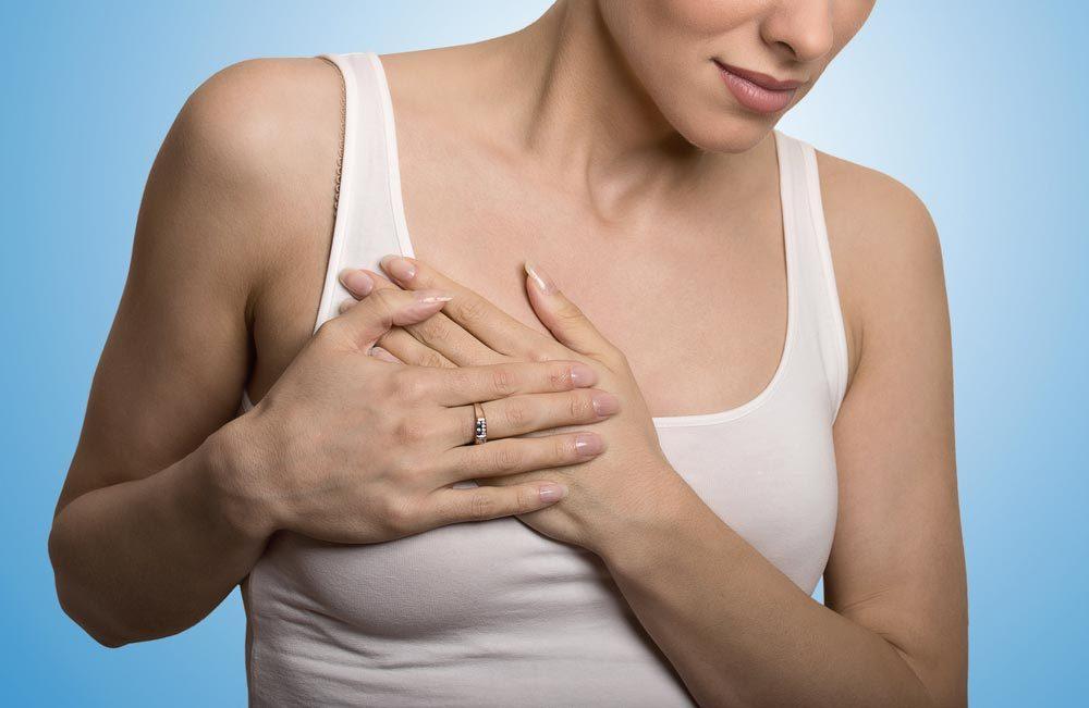Symptôme de cancer chez la femme : douleur au seins.