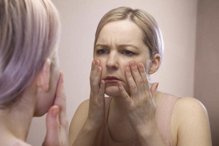 Symptôme de cancer chez la femme : enflure du visage.