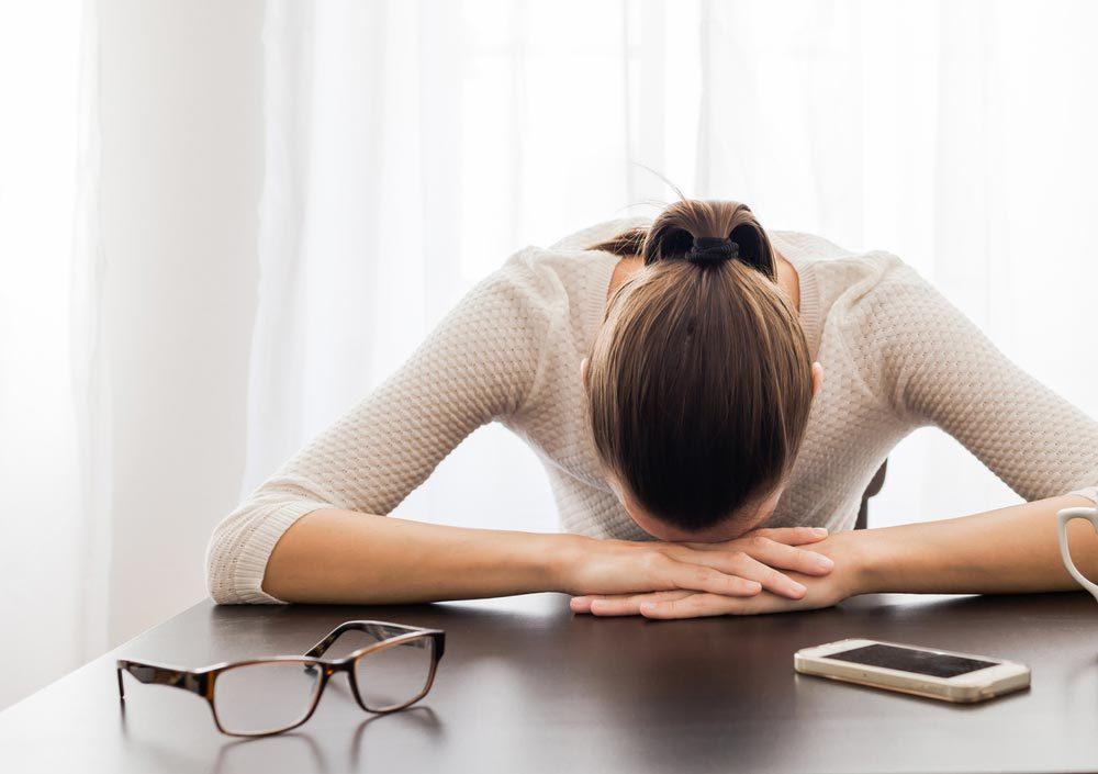 Symptôme de cancer chez la femme : faiblesse ou fatigue.