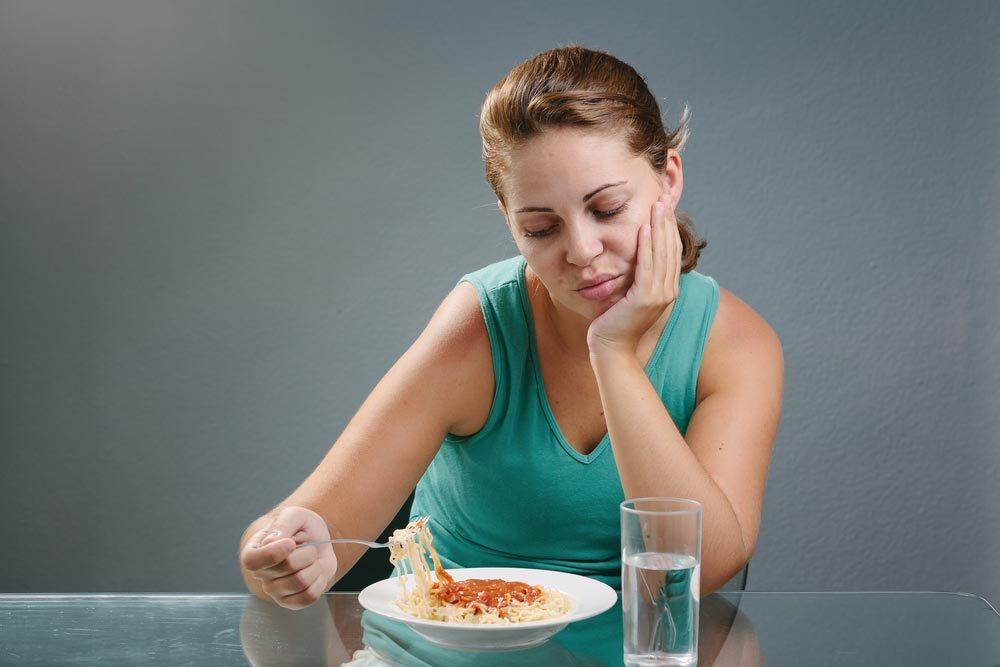 Symptôme de cancer chez la femme : incapacité de manger.