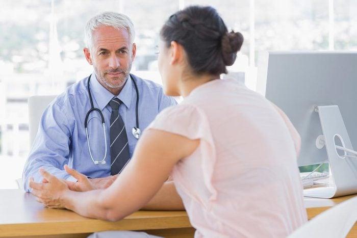 Symptôme de cancer chez la femme : saignement rectal.