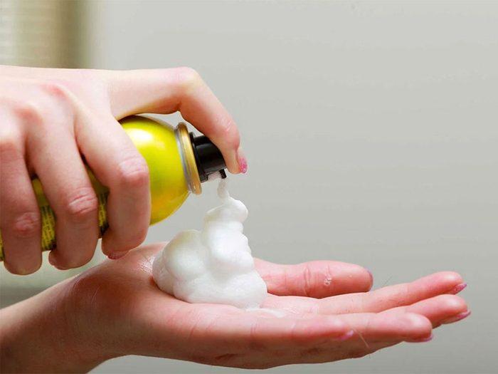 Misez sur des produits adaptés si vous avez les cheveux fins.
