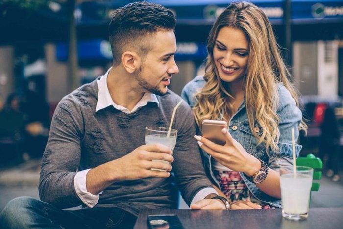 Vous pouvez avoir confiance en votre partenaire, s'il vous tend son téléphone cellulaire.