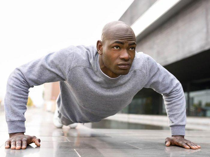 Prétexte pour ne pas courir : «C'est plus simple de faire des redressements et des pompes.»