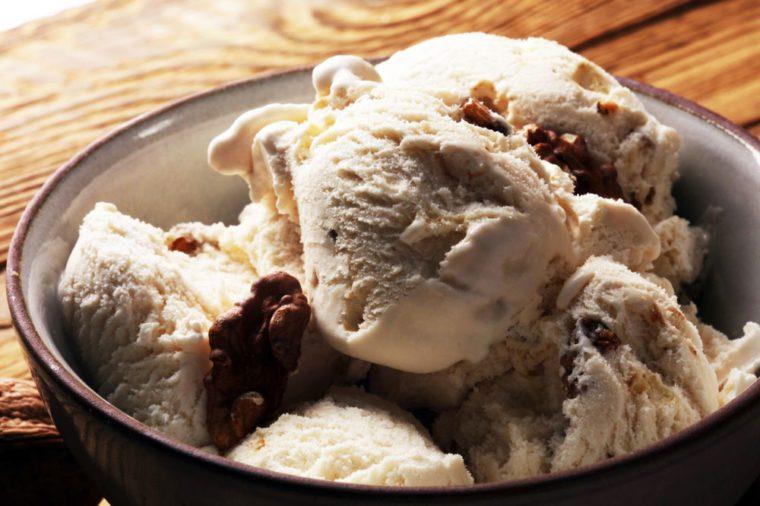 Délicieuse crème glacée végétalienne au beurre de pacanes et à l'érable.