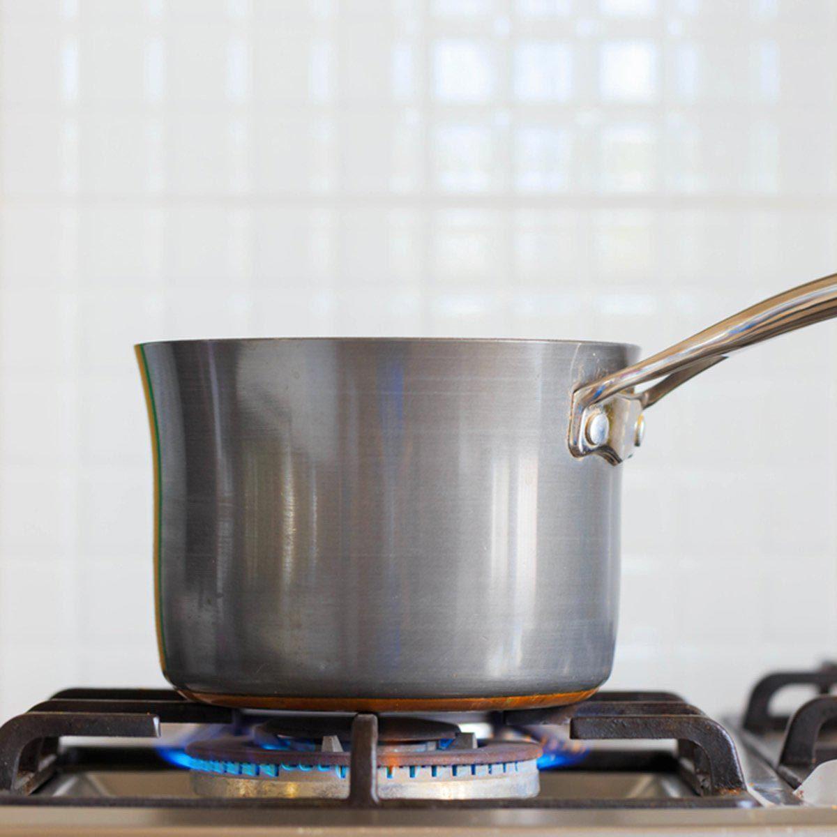 Pour cuisinier rapidement, préchauffer une poêle ou le four.