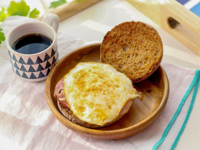 Déjeuners rapides et santé : un oeuf sur pain mollet.