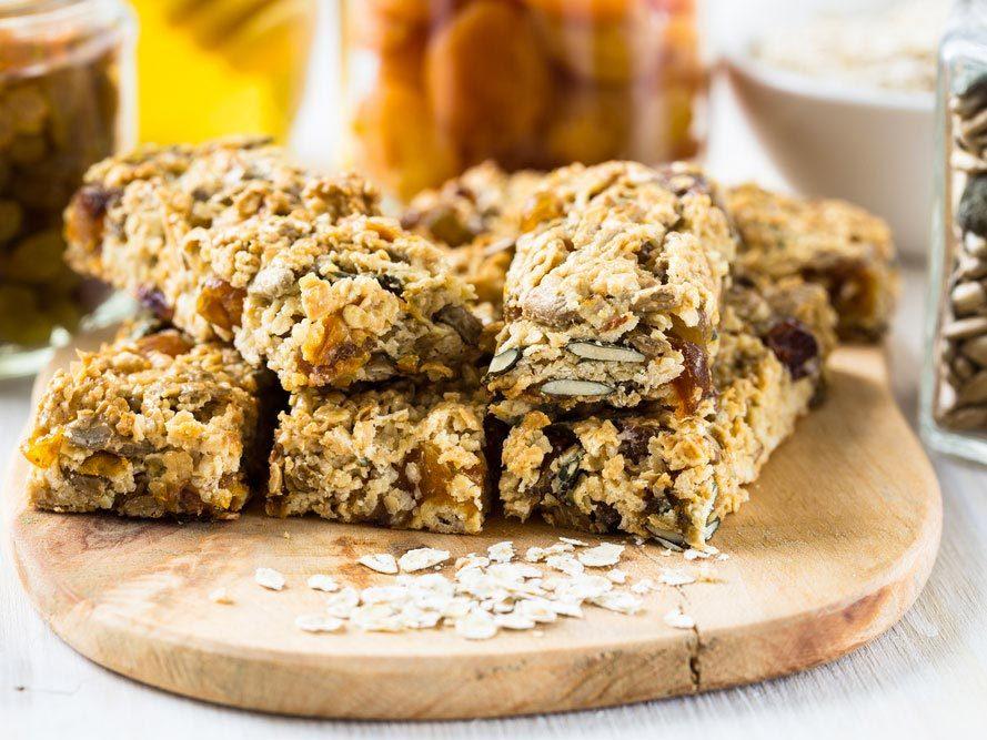 Déjeuners rapides et santé : une barre de céréales.