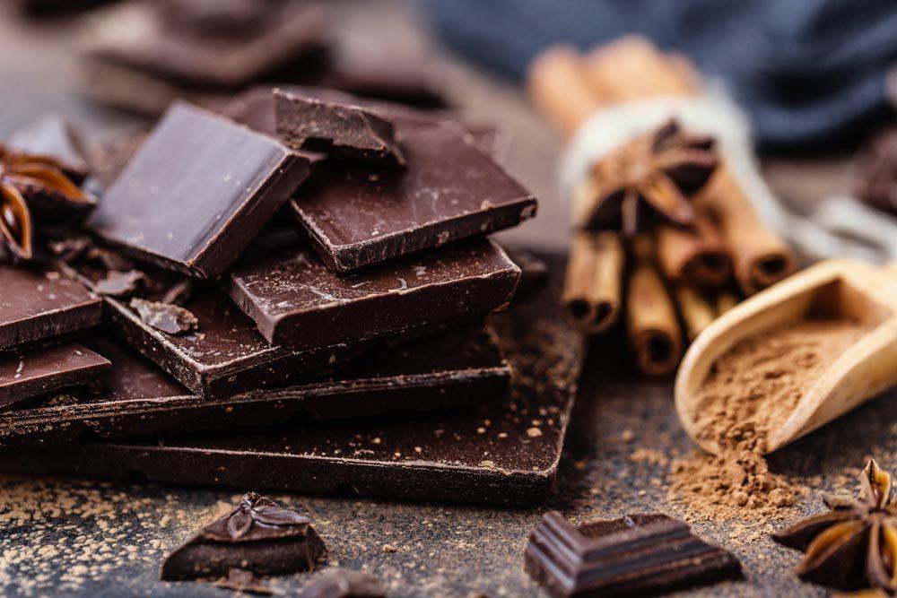 L'éternuement peut être causé par le chocolat noir.
