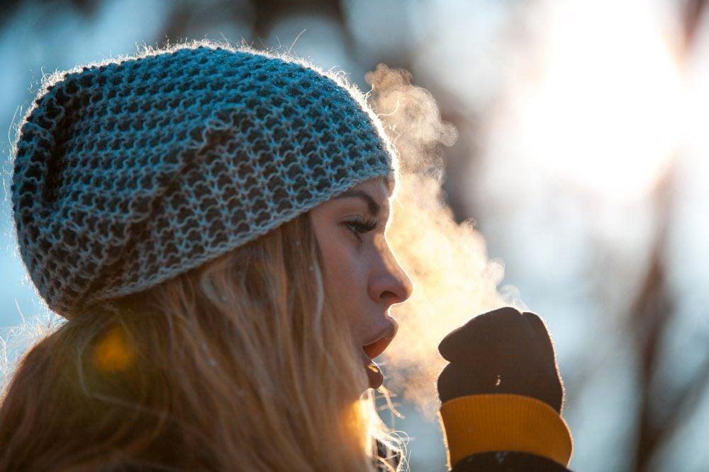 L'éternuement peut être causé par l'air froid.