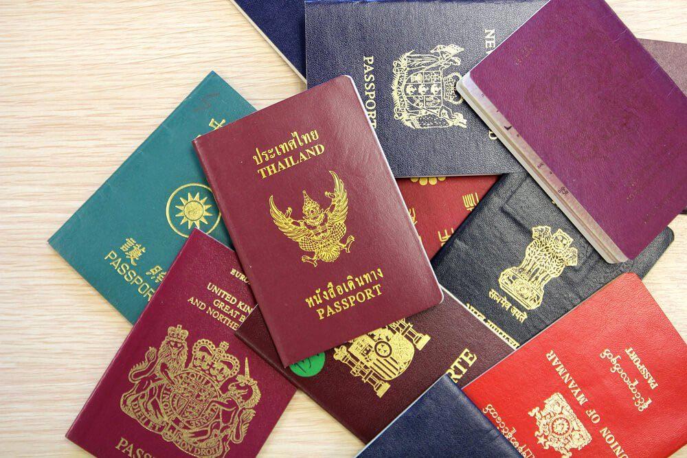 Explications : pourquoi les couvertures de passeports n'ont-elles que quatre couleurs?