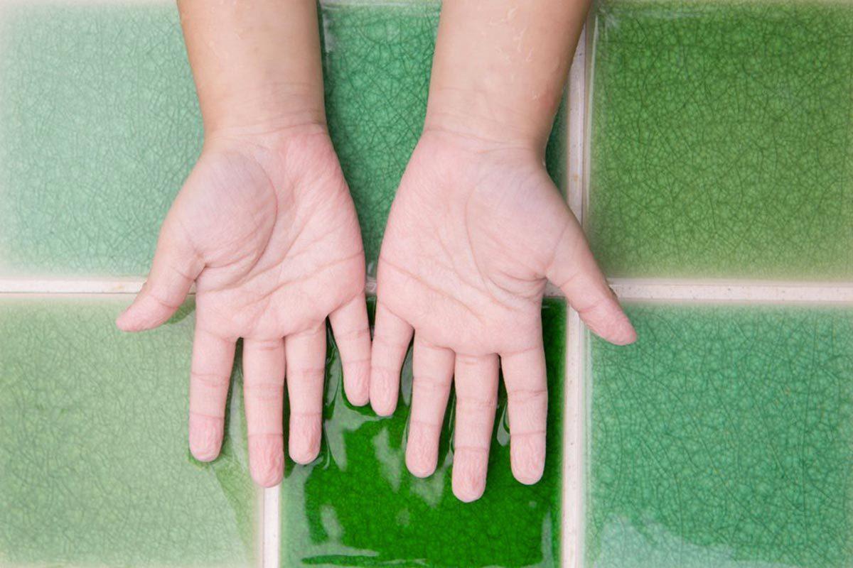 Explications : pourquoi mes doigts se ratatinent-ils quand je nage?
