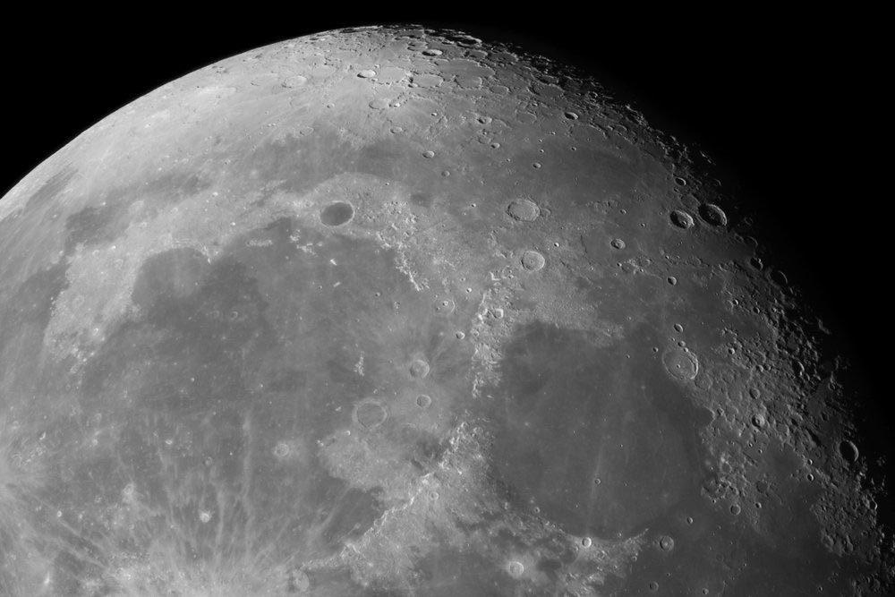Explications : pourquoi voit-on toujours la même face de la lune?